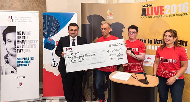Il-preżentazzjoni ta' €100,000 minn ALIVE2015 Cycling Challenge