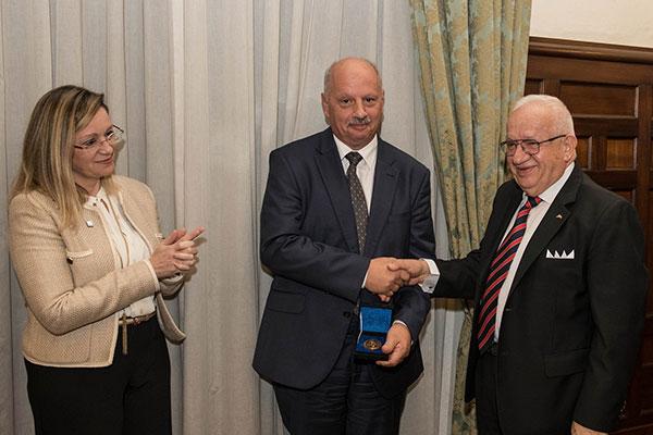 Tingħata l-Medalja Elisabeth Mann Borgese tal-International Ocean Institute lill-Professur Alfred J Vella